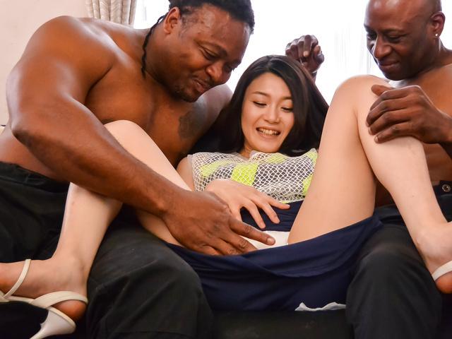 Kyoko Nakajima - 业余的日本宝贝获取硬操了两个男性 - 图片 1