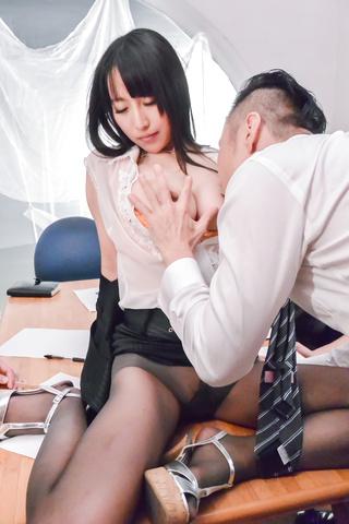 Rina Mayuzumi - Hard day at the office along bustyRina Mayuzumi - Picture 2