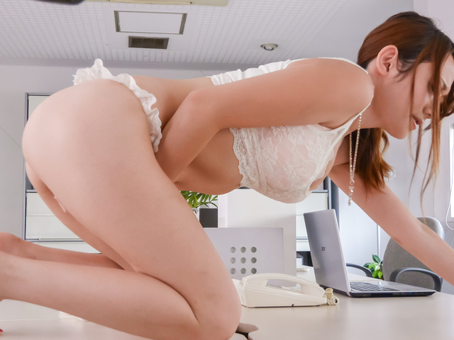 Reon Otowa - Reon Otowa shows off her ass and gives a japan blow job to two - Picture 1