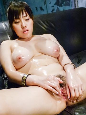 Azusa Nagasawa - 涂上油,丰满梓长泽给双日本口交 - 图片 1