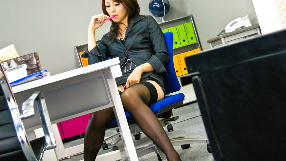 JAVHD.COM – Hojo Maki toying her pussy during an office meeting