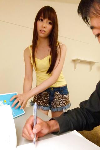 Moe Sakura - 教育部樱花给日本的第一次口交和乱搞两个家伙 - 图片 1