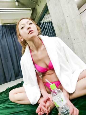 Mio Kuraki - 宇达电通椋木在日本口交和玩具他妈的视频 - 图片 4