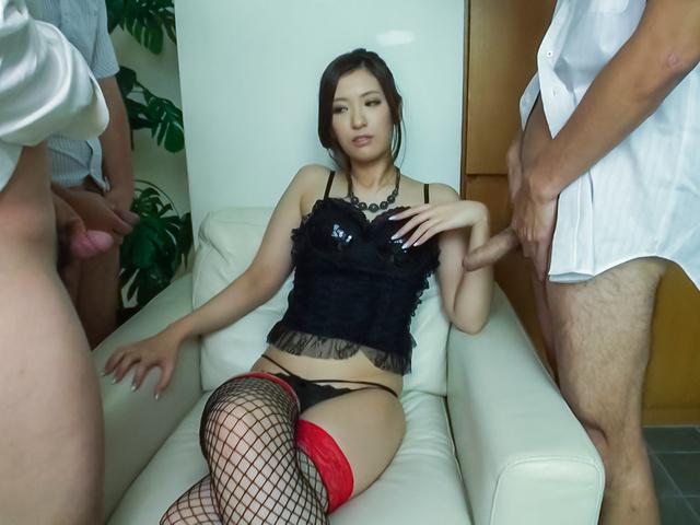 Yui Kasuga - Amazing threesome with cock sucking AsianYui Kasuga - Picture 2