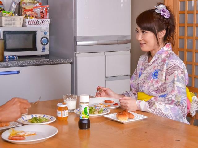 篠田涼花 - 生ハメ盛りの美人妻~野菜オナニー - Picture 1