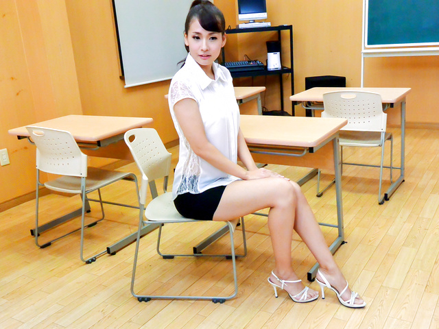 Yui Oba - Japanese teacher, YuiOba, in group action - Picture 1