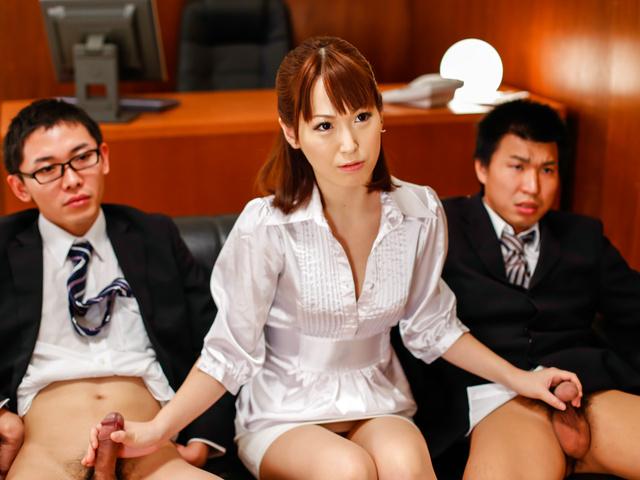 Японская групповуха в офисе с двумя парнями