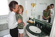 Rui Hayakawa - 在浴室里的业余亚洲口交大团圆 - 图片 1