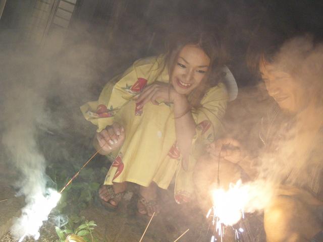 Sakura Hirota - 和服包的樱花广田诱使一位朋友在他妈的 - 图片 2