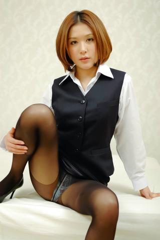 Emi Orihara - Emi Orihara exposes her full of cum crack - Picture 2
