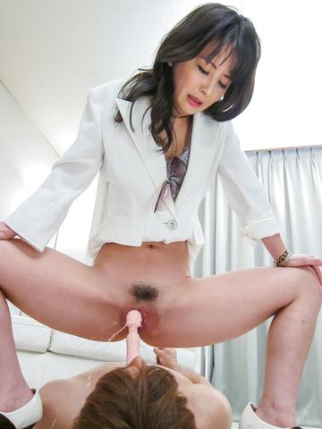 Ayumi Iwasa - 滨崎步瓦萨给亚洲脚工作和坐在他的脸上 - 图片 7