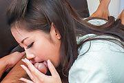 Satomi Suzuki - 铃木聪美给了他亚洲口交和乳头他妈的 - 图片 8