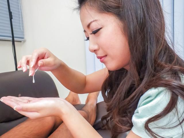 Satomi Suzuki - 铃木聪美给了他亚洲口交和乳头他妈的 - 图片 11