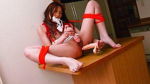 亚洲性爱小猫 Aoi Yuuki 享有一些单独的自慰和假阳具兜风