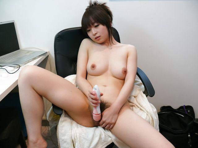 Nozomi Hazuki - Nozomi Hazuki on her knees to give a japan blowjob - Picture 2