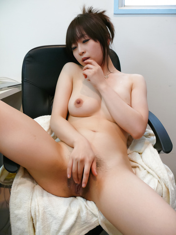 Nozomi Hazuki - Nozomi Hazuki on her knees to give a japan blowjob - Picture 5