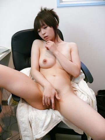 Nozomi Hazuki - Nozomi Hazuki on her knees to give a japan blowjob - Picture 6