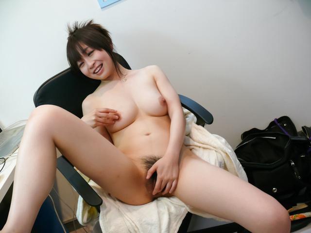 Nozomi Hazuki - Nozomi Hazuki on her knees to give a japan blowjob - Picture 8