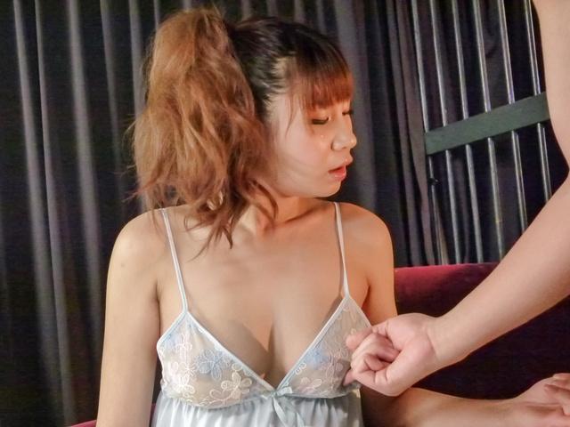 Natsuki Shino - 夏希四野服务他与日本的口交 - 图片 2