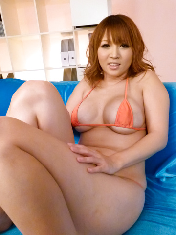 Yuki Touma - Stacked MILF Yuki Touma gives them a japan blow job - Picture 1