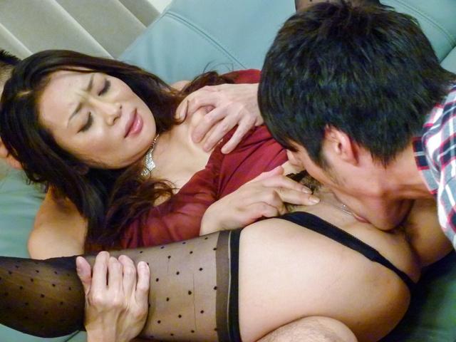 Rei Kitajima - 丰满的熟女性交的两个家伙和被迫吞下 - 图片 11
