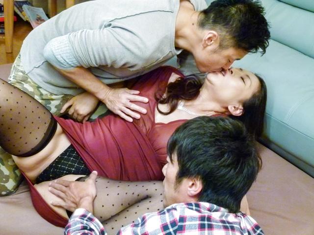 Rei Kitajima - 丰满的熟女性交的两个家伙和被迫吞下 - 图片 2