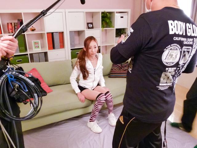 Erena Aihara - Erena Aihara gives an asian blow job to many guys - Picture 3