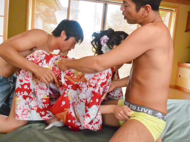 Yuna Shiratori - 尤娜白鸟喜欢日本饼在三人行 - 图片 8