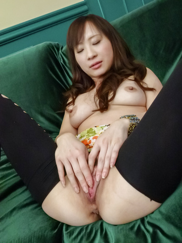 Yuwa Tokona - Horny MILF Yuwa Tokona loves to give an asian blow job before she's fucked - Picture 4
