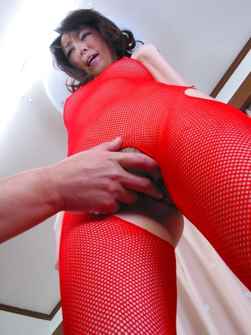 Anno Kiriya - 在性感的红色鱼网服装 Anno 水疗性交很好 - 图片 3