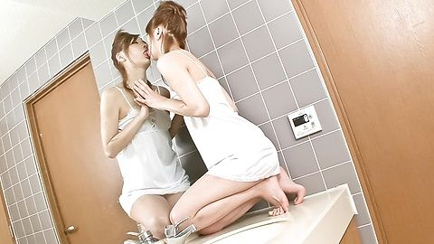 辣妹娜娜木下有不错的独奏时间在浴室
