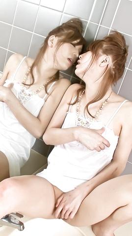 Nana Kinoshita - Hottie Nana Kinoshita has a nice solo time in bathroom - Picture 2