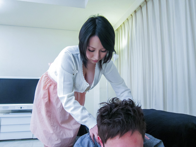 Yuuna Hoshisaki - 丰满的Yuuna Hoshisaki 给亚洲的口交和滴饼 - 图片 1