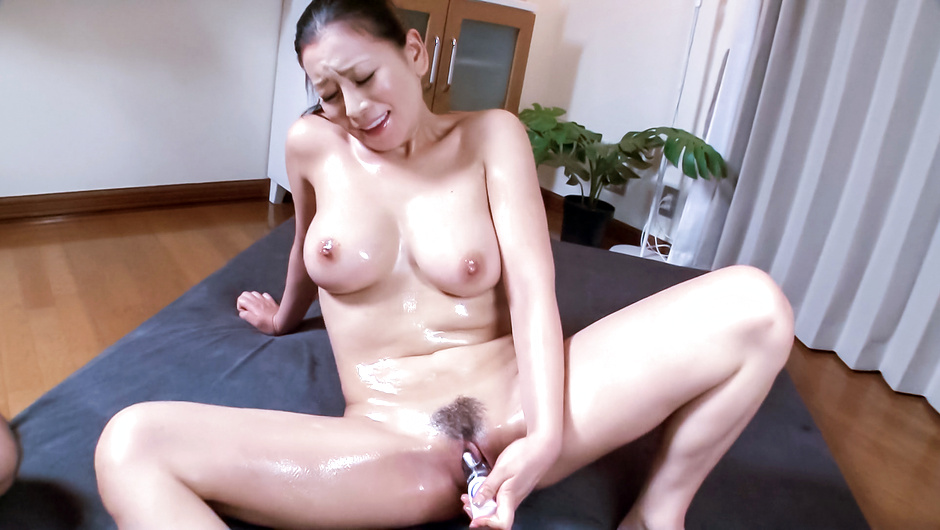 Phim Sex Busty milf enjoys Japan cum over her hairy pussy