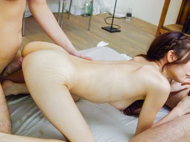 Kaori Maeda - 香织前田惊人的日本口交在三人行 - 图片 10