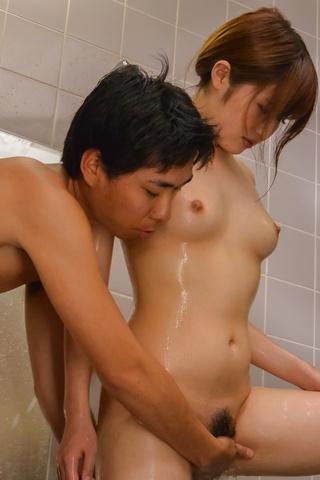 Yumi Maeda - Yumi 前田给温暖口交在洗澡 - 图片 12