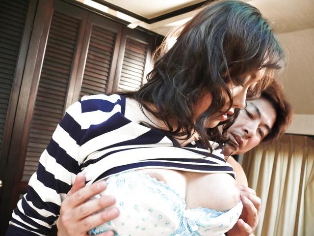 Hitomi Aizawa - 亚洲辣妹瞳相泽获取讨厌两个胖腊肠 - 图片 12