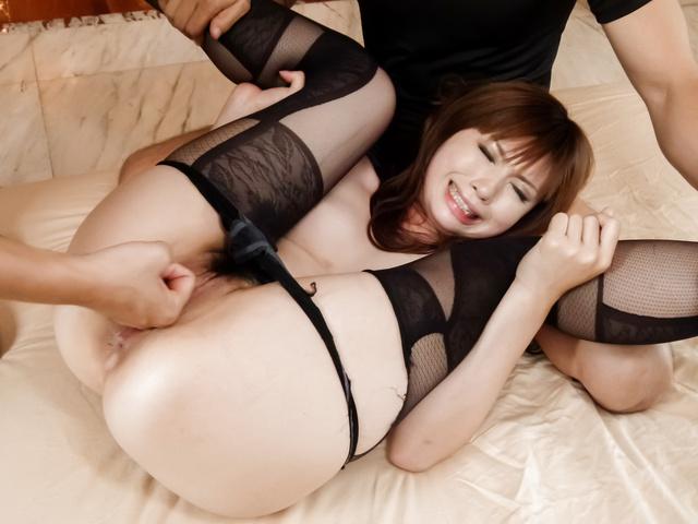 Mami Yuuki - 妈妈 Yuuki 铁杆亚洲口交三人表演 - 图片 11