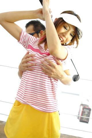 Ren Ito - 仁在高尔夫风光结束了她的屄迪克 - 图片 1