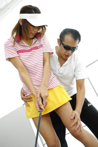 Ren Ito - 仁在高尔夫风光结束了她的屄迪克 - 图片 2