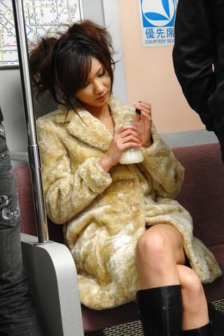Asami Yoshikawa - 杨思敏吉川包围在地铁中打旋塞 - 图片 1