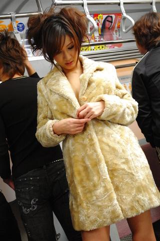 Asami Yoshikawa - 杨思敏吉川包围在地铁中打旋塞 - 图片 2