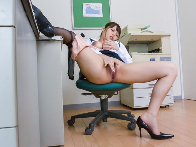 Rion Nishikawa - Asian blowjob at work after proper pussy stimulation - Picture 6