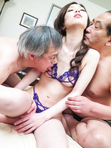 Misaki Yoshimura - 咲吉村获取泵浦在粗糙的亚洲三人行 - 图片 5