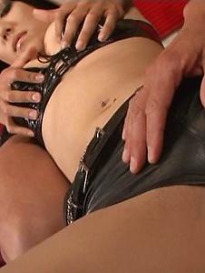 Maria Ozawa - 在性感皮革服装小泽玛利亚乱搞两个家伙 - Screenshot 4