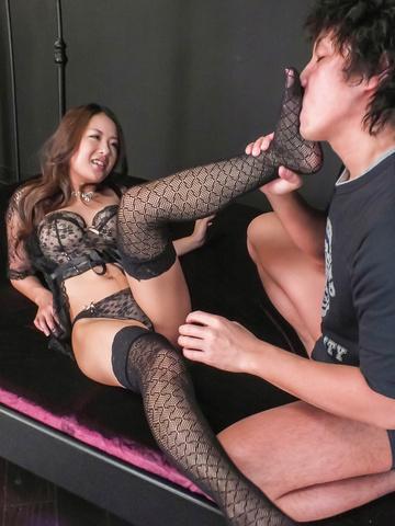 Satomi Suzuki - 铃木聪美给和亚洲口交和在袜子里乱搞 - 图片 2