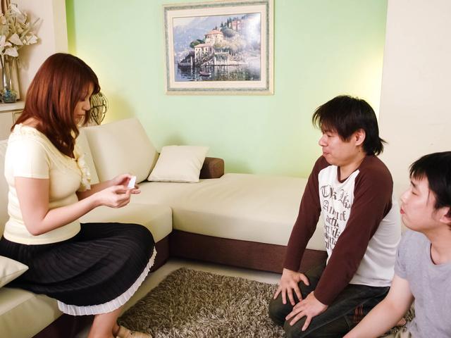 Araki Hitomi - Busty MILF Hitomi Araki Creampied In A Threesome - Picture 2
