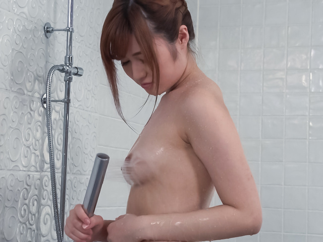 Yumi Maeda - Peachy tits doll uses Japanese vibrator in the tub  - Picture 2