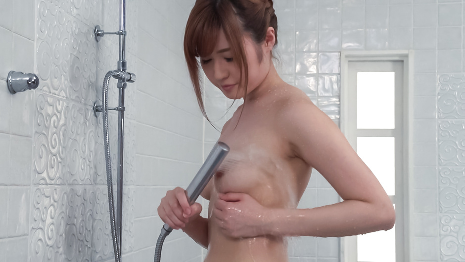 Phim Sex Peachy tits doll uses Japanese vibrator in the tub