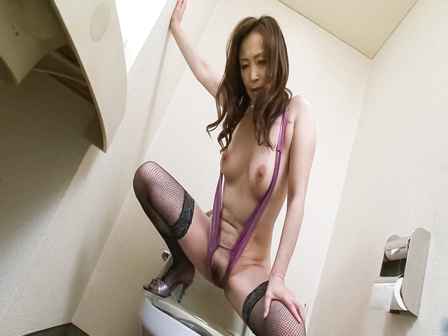 Miyama Ranko − Miyama Ranko enjoys big vibrator in pussy − Picture 2